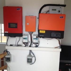 Bild: PV-Wechselrichter (links) und Speicherwechselrichter (rechts)